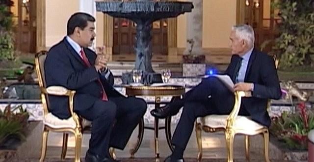 CAPTURA. Imagen en la que se ve Nicolás Maduro y el periodista Jorge Ramos en Miraflores, durante una entrevista.