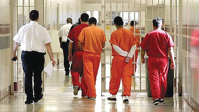 Peligroso hacinamiento en centro de detención texano