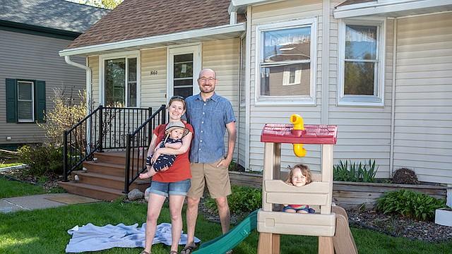 Karli-Rae y Christopher Kerrschneider con sus niños, Eleanor y Leviathan, en el frente de su casa en Baldwin, Wisconsin.