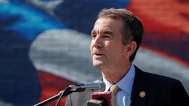 POLÍTICA. El gobernador de Virginia Ralph Northam durante un evento en Arlington, Virginia, en junio de 2019. Crédito: SHAWN THEW / EFE