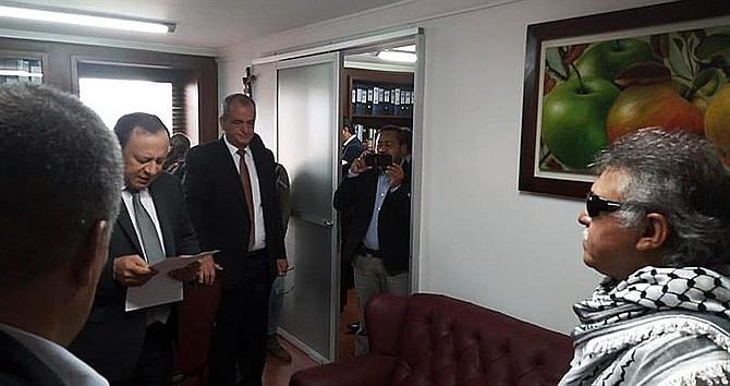 """COLOMBIA. Fotografía cedida por la oficina de Prensa del partido político Fuerza Alternativa Revolucionaria del Común (FARC), del exlíder de las FARC Seuxis Paucias Hernández (d), alias """"Jesús Santrich"""""""