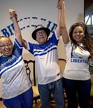 NICARAGUA. Los periodistas Miguel Mora (c) y Lucía Pineda (i) celebran junto a la esposa de Mora, Verónica Chávez (d), luego de ser liberados y llevados a casa por custodios del Sistema Penitenciario Nacional este martes, en Managua