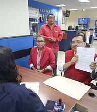 La petición que los dirigentes del FMLN le hicieron a la Fiscalía es que investigue al presidente de la República por la presunta comisión de los delitos de denuncia calumniosa y simulación de delito.