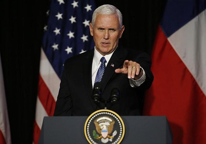 Mike Pence admite prohibición de bandera gay en las embajadas