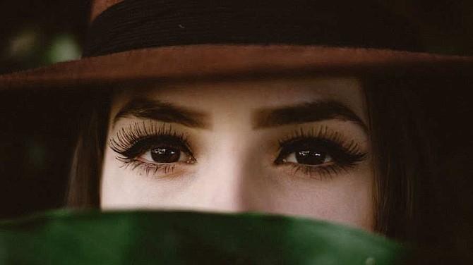 VIRAL. Imagen de referencia de una mujer que muestra sus cejas.