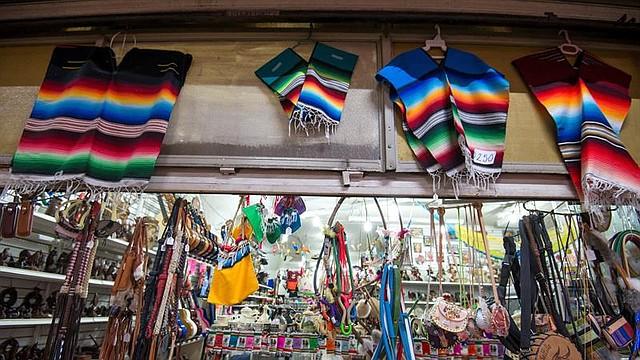 CULTURA. Vista de un puesto de venta de sarapes, los cuales son los bordados y diseños supuestamente plagiados por la marca Carolina Herrera, este miércoles, en Saltillo, estado de Coahuila (México).