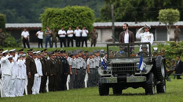 SAN SALVADOR. El presidente Nayib Bukele y el ministro de defensa, René Merino Monroy, hacen revista de tropas durante el primer acto oficial del mandatario salvadoreño como comandante general de las Fuerza Armada.
