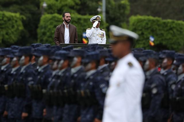DEFENSA. Nayib Bukele hace revista de tropas durante su primer acto oficial como comandante general de las Fuerzas Armada, el martes 12 de junio.
