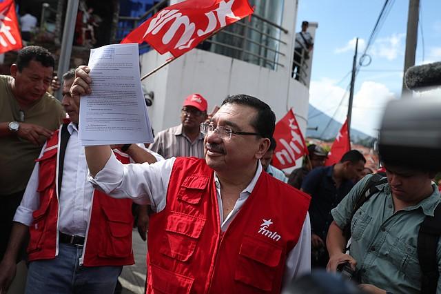 DENUNCIA. El secretario general del FMLN, Medardo González, muestra un documento presentado el lune, 10 de junio, ante la Fiscalía General contra Bukele.