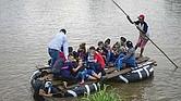 SIN PARAR. En una balsa improvisada un grupo de indocumentados cruzan el río Suchiate, desde Tecun Uman, en Guatemala, hasta Ciudad Hidalgo, en México, en su camino a Estados Unidos.