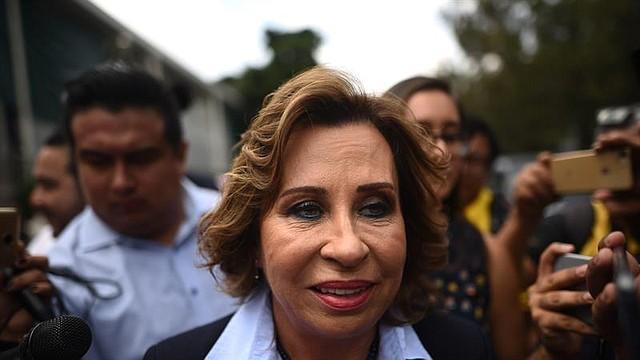 La candidata a la Presidencia por el partido socialdemócrata Unidad Nacional de la Esperanza (UNE) y exprimera dama de Guatemala (2008-2012), Sandra Torres, habla con la prensa tras votar este domingo en Ciudad de Guatemala.