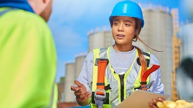 La diversidad de oportunidades profesionales significa que hay algo para todos: abarcando variedad de campos y niveles educativos.