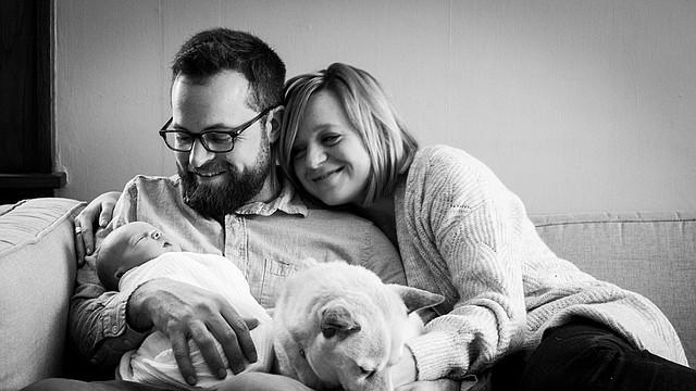 Corey y Caitlin Gaffer, dos semanas después del nacimiento de su primera hija, Maggie.