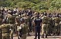 MIGRACIÓN. Elementos de la Marina mexicana y Policías Federales controlan a migrantes de origen africano este martes, durante un intento de motín en un albergue en la ciudad de Tapachula