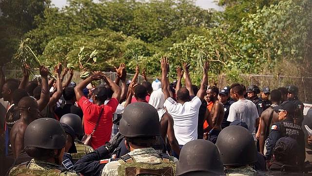 MIGRACIÓN. Elementos de la Marina mexicana y Policías Federales controlan a migrantes de origen africano, durante un intento de motín en un albergue en la ciudad de Tapachula, en el estado de Chiapas