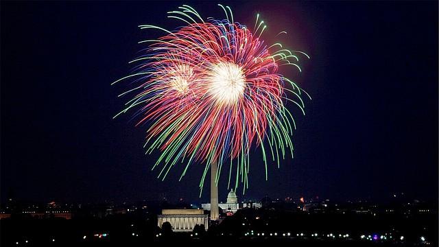 El espectáculo de fuegos artificiales es uno de los momentos más esperados del día.