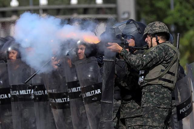 TEGUCIGALPA. Miembros de la policía militar reprimen con gas lacrimógeno una manifestación estudiantil.