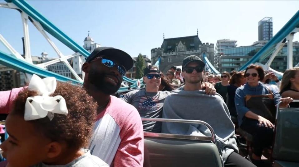 Miembros de los Medias Rojas recorren Londres en un tour turístico, aprovechando el tiempo libre, la víspera antes de jugar contra los Yanquis (Captura de MLB Network)