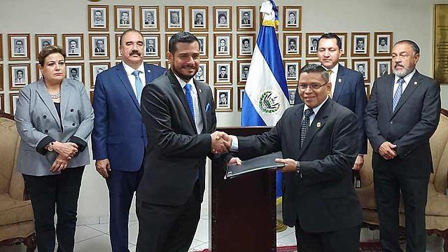 EL SALVADOR. Nelson Fuentes, ministro de Hacienda (a la izquierda), presentó ayer la solicitud de fondos ante la Asamblea.