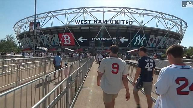 Aficionados enfilan al estadio londinense para el primer juego en Europa de las Grandes Ligas (captura de MLB Network)