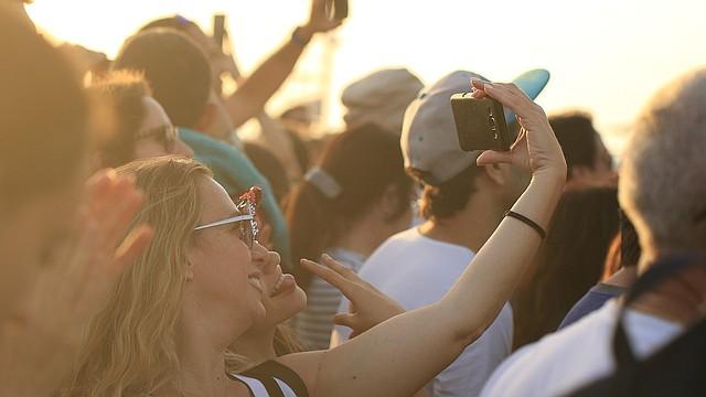 TECNOLOGÍA. Foto de referencia de varias personas mientras se sacan un selfie.