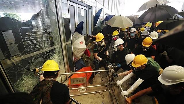 MUNDO. Varios manifestantes intentan irrumpir en el Consejo Legislativo en Hong Kong (China), este lunes, rompiendo cristales y puertas del edificio, tras la multitudinaria manifestación celebrada con motivo del aniversario del traspaso a China de la soberanía sobre la excolonia