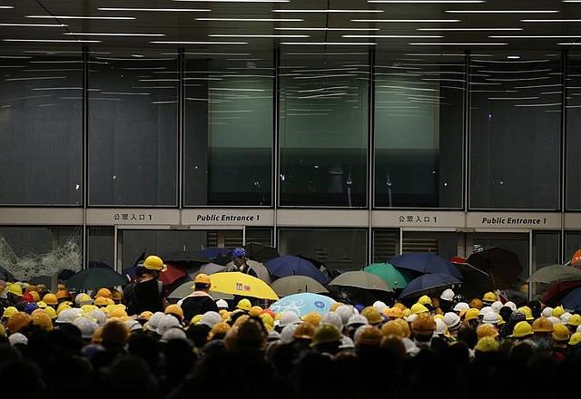 CRISIS. Hongkoneses tratan de irrumpir en la sede del Parlamento tras protesta masiva
