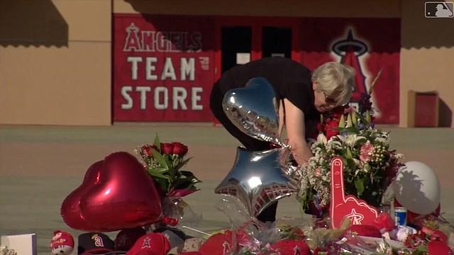 Aficionados de Anaheim dejan flores afuera del estadio de los Ángeles, en recuerdo del fallecido Tyler Skaggs (Captura de MLB Network)