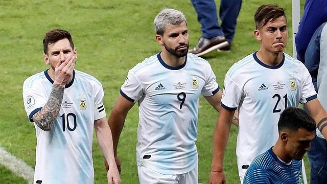 FÚTBOL. Lionel Messi (i), Sergio Agüero (c) y Paulo Dybala de Argentina al final del partido Brasil-Argentina de semifinales de la Copa América de Fútbol 2019, en el Estadio Mineirão de Belo Horizonte