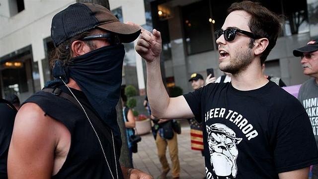 CONFLICTO. Un miembro de la extrema izquierda Antifa (L) y un miembro de la extrema derecha Proud Boys (R) tienen una acalorada discusión en el Rally Exige Libertad de Exigencia en Washington