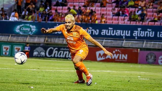 FÚTBOL. Irvin Herrera en actividad con el Sukhothai FC ante el Chiangmai por la fecha 17 de la Liga Premier de Tailandia