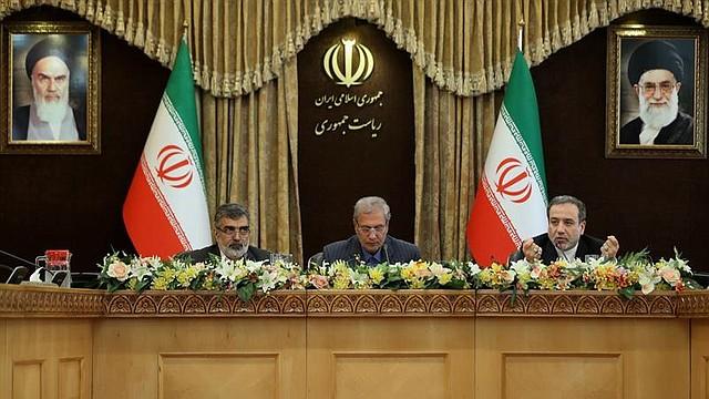 POLÍTICA. Una foto de la oficina presidencial iraní muestra que el presidente del gobierno iraní, Ali Rabiei (C), junto con los viceministros iraníes Abbas Araghchi (R) y Behrouz Kamalvandi (L), portavoz y vicepresidente de la Organización de Energía Atómica de Irán
