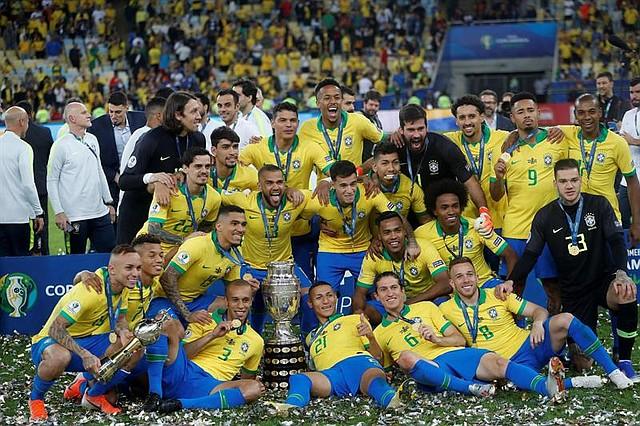 TORNEO. Jugadores de Brasil celebran con el trofeo de la Copa América de Fútbol 2019, en el Estadio Maracanã de Río de Janeiro, Brasil, el 7 de julio de 2019.