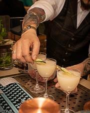 ¡SALUD! El menú de cocteles incluye deliciosas bebidas artesanales, vinos mexicanos y margaritas. FOTO: Buena Vida Facebook