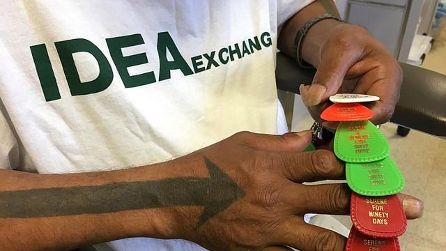 Arrow solía cambiar sus jeringas sucias por otras limpias en IDEA Exchange, el único programa de intercambio de agujas legal que opera en Florida. Ahora, está enfocado en mantenerse sobrio. (Sammy Mack / WLRN)