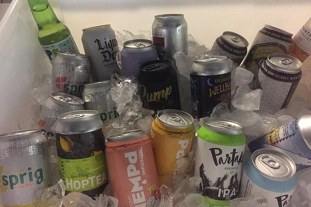 Una nevera llena de botellas y latas en el bar Pop's Blue Moon, que organizó noches de sábado sin alcohol en enero, ofreciendo agua de lúpulo, cervezas sin alcohol y bebidas con infusión de CDB derivado del cannabis. (LAURA UNGAR / KHN)