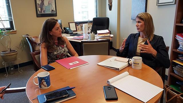 Eva Millona, Directora Ejecutiva de MIRA, y la congresista Lori Trahan (D-MA-03)