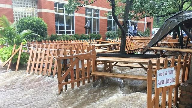 CLIMA. La cervecería al aire libre en Westover Market en Arlington, Virginia, se inundó durante la tormenta de la mañana del lunes. | Foto: Amy Gardner/The Washington Post