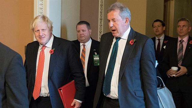 DIPLOMACIA. El secretario de Relaciones Exteriores británico, Boris Johnson (izquierda), camina con el embajador británico en los Estados Unidos, Sir Kim Darroch (derecha), luego de una reunión en Capitol Hill en Washington, DC. Foto Efe/ archivo