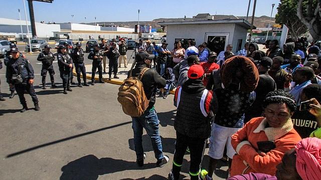 FRONTERA. Alrededor de 200 migrantes de Haití y de varios países de África participan en una manifestación en la que denunciaron presuntos abusos de las autoridades mexicanas el martes 9 de julio.  | Foto: Efe/Joebeth Terriquez