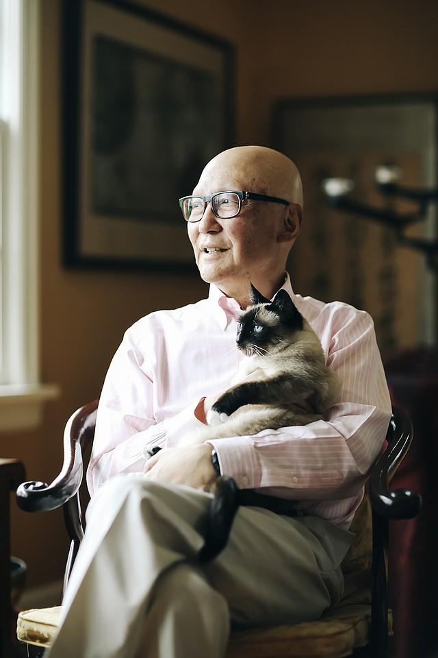 Naito abraza a su gata, Dolly, en su casa de Portland, Oregon, en mayo de 2019. Su mala experiencia en la forma en que recibió su diagnóstico de cáncer de páncreas en estadio 4 lo decidió a compartir su experiencia con futuros médicos. (Michael Hanson para KHN)