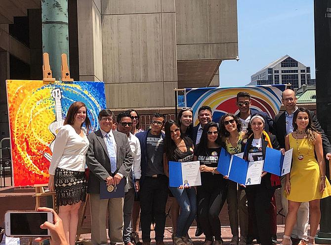 Un grupo de venezolanos locales izaron su bandera en el City Hall de Boston este miércoles para conmemorar su independencia, en una ceremonia que por primera vez en 19 años no tuvo afiliación con el gobierno de Venezuela.