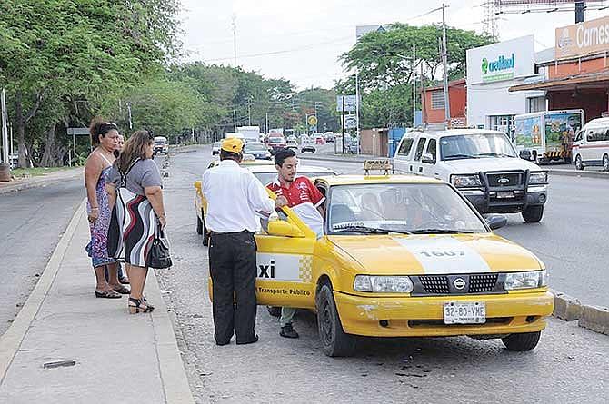 Prisión a taxistas que transporten indocumentados