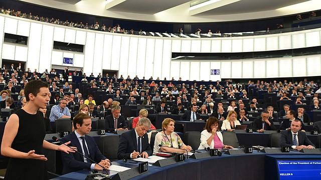 EUROPA. La europarlamentaria Ska Keller (izq), del grupo Los Verdes, da un discurso durante la sesión previa a la elección del presidente del Parlamento Europeo, en Estrasburgo, el miércoles 3 de julio. Efe/Patrick Seeger