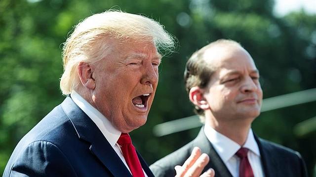 POLÍTICA. El presidente de los Estados Unidos, Donald J. Trump, hace comentarios a medios de comunicación junto con el secretario de Trabajo, Alex Acosta, en el Jardín Sur de la Casa Blanca en Washington, DC, el 12 de julio de 2019. | Foto: Efe/Michael Reynolds