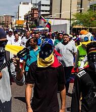 Simpatizantes opositores participan el viernes 5 de julio en una marcha convocada por el presidente interino Juan Guaidó, en Maracaibo, con motivo del 208 aniversario de la independencia. Efe/Henry Chirinos