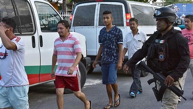 Agentes de la policía ministerial, apoyados por la Guardia Nacional, aseguran a 54 migrantes de nacionalidad centroamericana, este martes en la ciudad de Cancún, en el estado de Quintana Roo (México). Entre los indocumentados, en su mayoría salvadoreños y guatemaltecos, se encontraban 23 menores de edad y fueron transportadas a las instalaciones del Instituto Nacional de Migración de esta ciudad. FOTO: EFE/Alonso Cupul