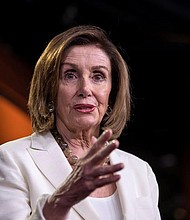 POLÍTICA. La presidenta demócrata de la Cámara de Representantes de California, Nancy Pelosi, habla durante su conferencia de prensa semanal en el Capitolio en Washington