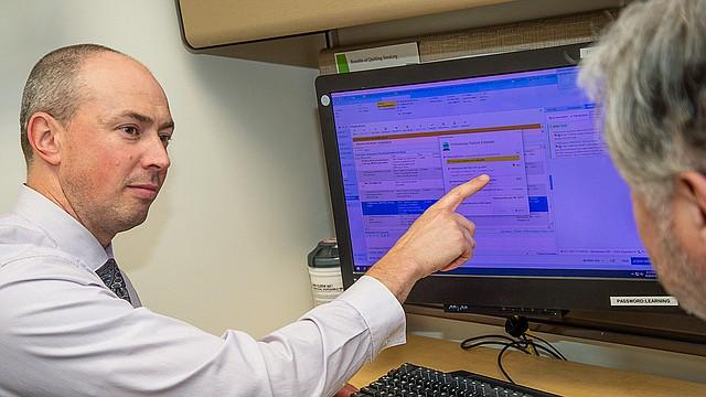 El doctor David Ingham, médico de familia de Allina Health en Edina, Minnesota, es uno de los 600 médicos de atención primaria que están usando la herramienta para conocer los precios de los medicamentos. (Cortesía de Larry Sobaskie, Allina Health)