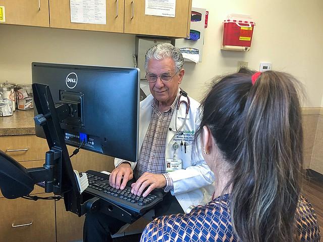 El doctor Norman Rosen, médico de familia en Orange, California, empleado por Providence St. Joseph Health System, ha estado probando este año la herramienta de precios de California Blue Shield. (Cortesía de Providence St. Joseph Health System).